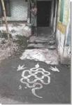 Узор у порога дома, изображающий кобру, — своеобразный охранительный талисман. Город Ченнаи.